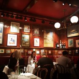 Clyde's, Interior