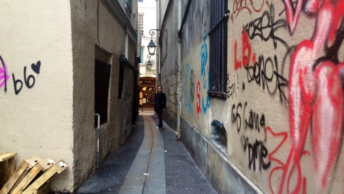 The narrowest street in Paris.